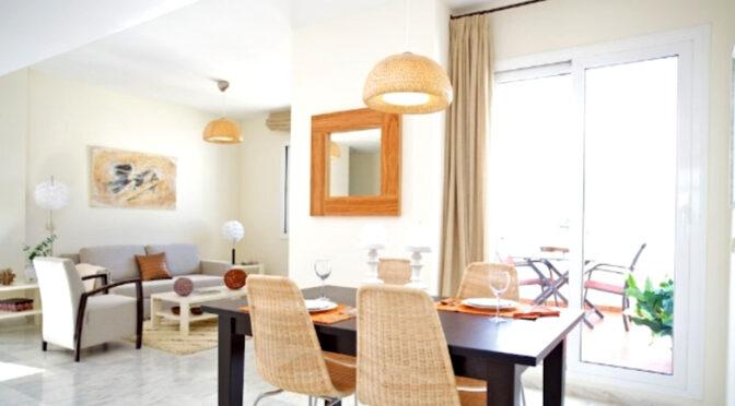 słoneczny pokój dzienny w luksusowym apartamencie do sprzedaży Hiszpania (Estepona)