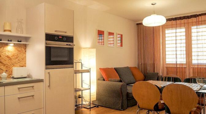 widok z kuchni na salon w ekskluzywnym apartamencie do sprzedaży Kołobrzeg