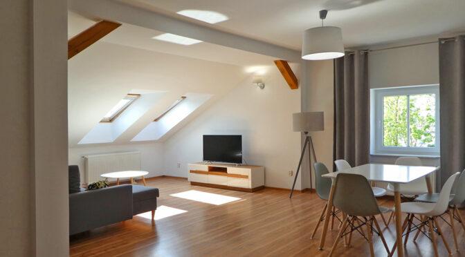 przestronne wnętrze salonu w ekskluzywnym apartamencie do sprzedaży Mazury