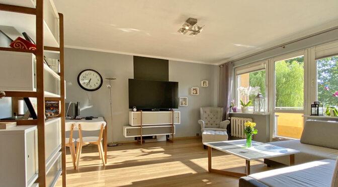 słoneczny pokój dzienny w luksusowym apartamencie do sprzedaży Szczecin
