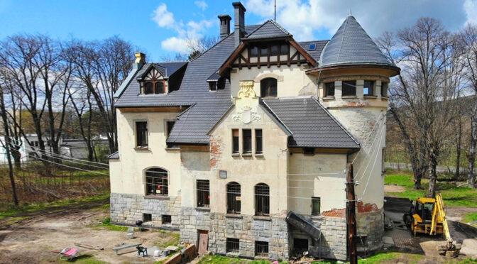 okazała bryła luksusowego pałacu do sprzedaży Jelenia Góra
