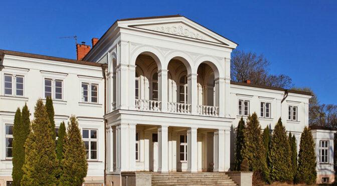 imponujące rozmachem wejście do ekskluzywnego pałacu do sprzedaży Wielkopolska