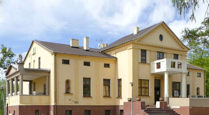 imponująca frontowa elewacja luksusowego pałacu do sprzedaży w województwie kujawsko-pomorskim