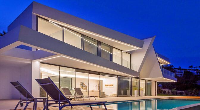 wieczorne ujęcie luksusowej rezydencji na sprzedaż Hiszpania (Moraira)