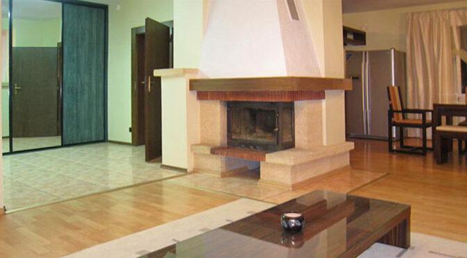 zbliżenie na kominek w salonie luksusowej rezydencji na sprzedaż Wrocław