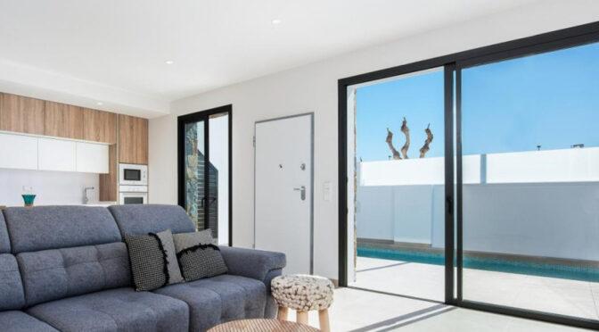 słoneczny salon i przepiękny taras przy ekskluzywnej rezydencji do sprzedaży Hiszpania