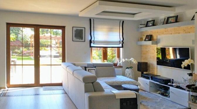 słoneczny pokój dzienny w luksusowej rezydencji do sprrzedaży
