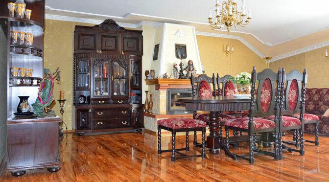 widok na jadalnię i kominek w salonie luksusowej rezydencji do sprzedaży Szprotawa
