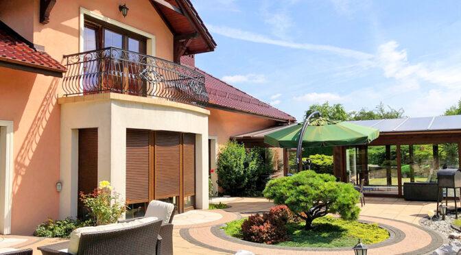 przepiękny ogród okalający ekskluzywną rezydencją do sprzedaży Trzebinia
