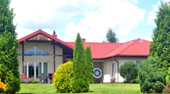 widok od strony ogrodu na luksusową rezydencję do sprzedaży Wrocław (okolice)