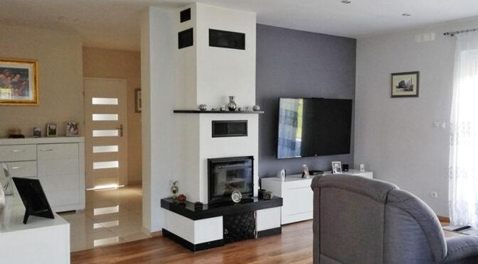 nowoczesny salon z kominkiem w ekskluzywnej rezydencji do sprzedaży Żagań
