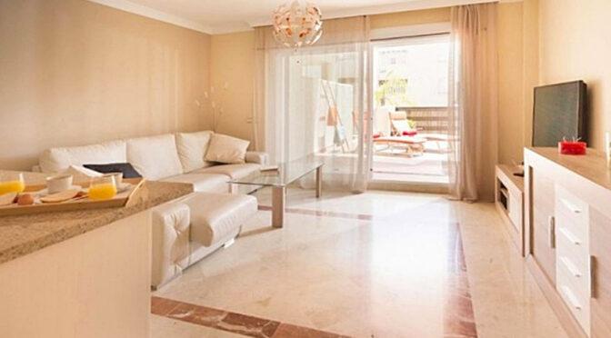 jasny i widny pokój dzienny w luksusowym apartamencie na sprzedaż Hiszpania (Costa Del Sol, Estepona, Marbella)