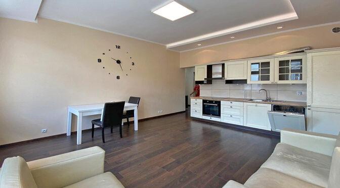 widok z salonu na aneks kuchenny w luksusowym apartamencie na sprzedaż Szczecin