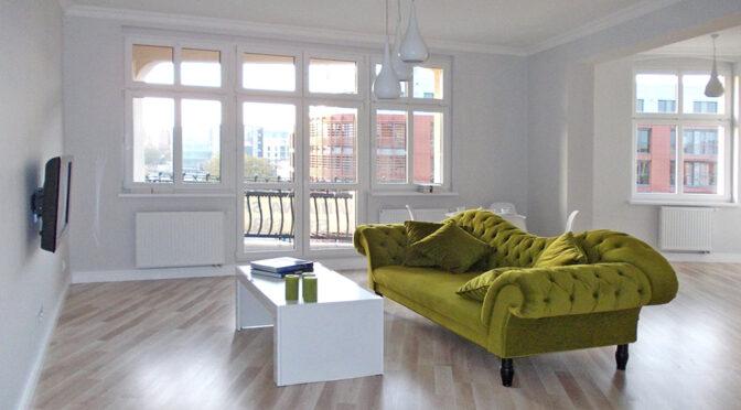 eleganckie i stylowe wnętrze salonu w luksusowym apartamencie na wynajem Poznań