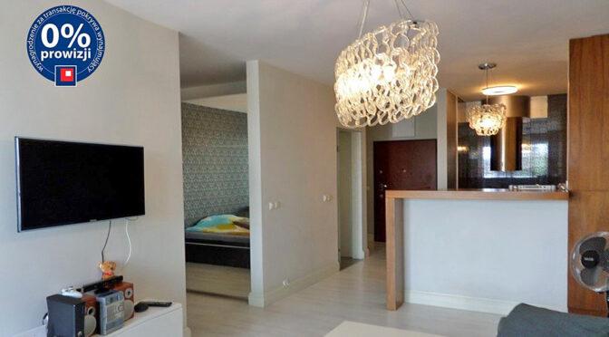 widok z salonu na aneks kuchenny i hol w ekskliuzywnym apartamencie na wynajem Wrocław
