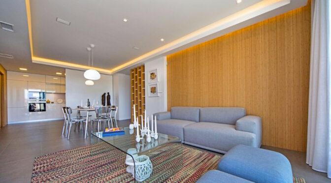 nowocześnie oświetlony salon w ekskluzywnym apartamencie do sprzedaży Hiszpania (Costa Blanca Cumbre Del Sol)