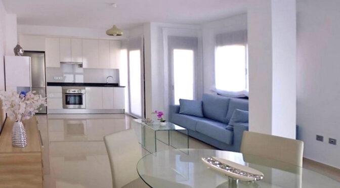 widok z salonu na aneks kuchenny w luksusowym apartamencie do sprzedaży Hiszpania (Los Montesinos)