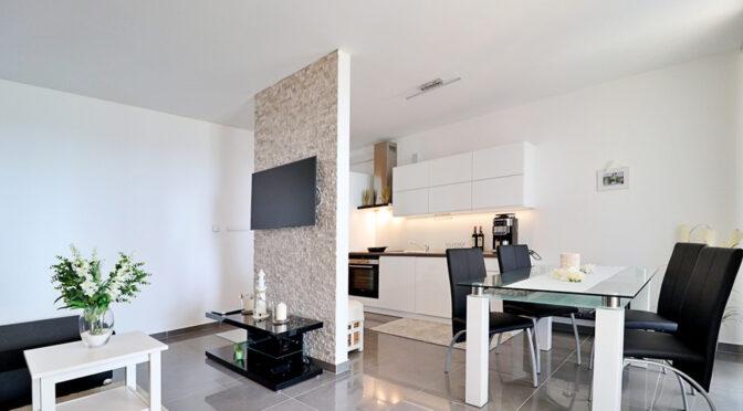 nowoczesne wnętrze luksusowego apartamentu do sprzedaży nad morzem