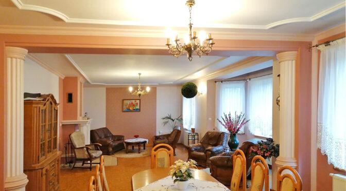 eleganckie wnętrze salonu w luksusowej rezydencji na sprzedaż Głogów (okolice)