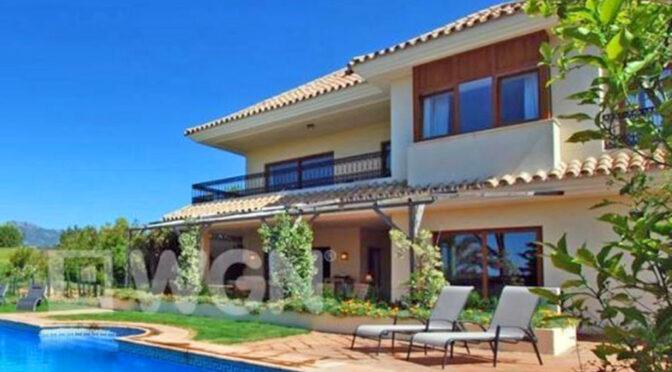 widok od strony basenu na ekskluzywną rezydencją na sprzedaż Hiszpania (Malaga, Costa Del Sol)