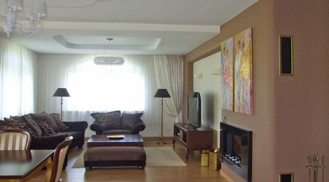 zbliżenie na kominek w salonie luksusowej rezydencji na sprzedaż Legnica (okolice)