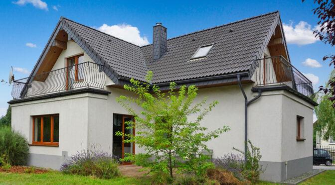 widok od strony ogrodu na ekskluzywną rezydencję do sprzedaży Częstochowa (okolice)