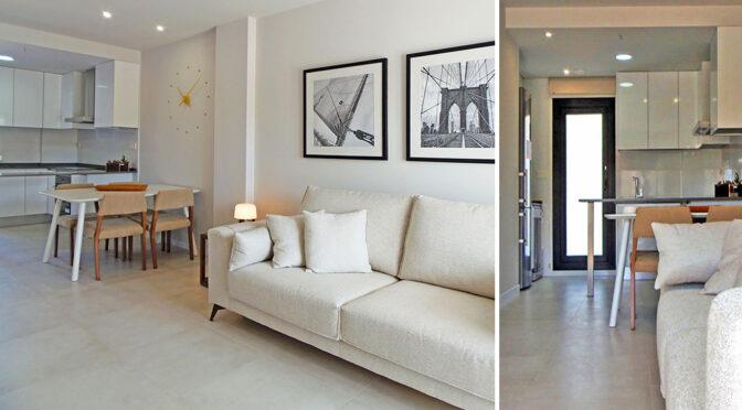 po lewej komfortowy salon, po prawej przestronny hol w ekskluzywnej rezydencji do sprzedaży Hiszpania (Mil Pamlera)
