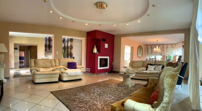 kameralne wnętrze salonu w ekskluzywnej rezydencji do sprzedaży Konin (okolice)