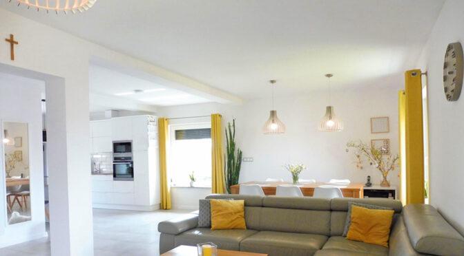stylowy salon w ekskluzywnej rezydencji do sprzedaży Mazury
