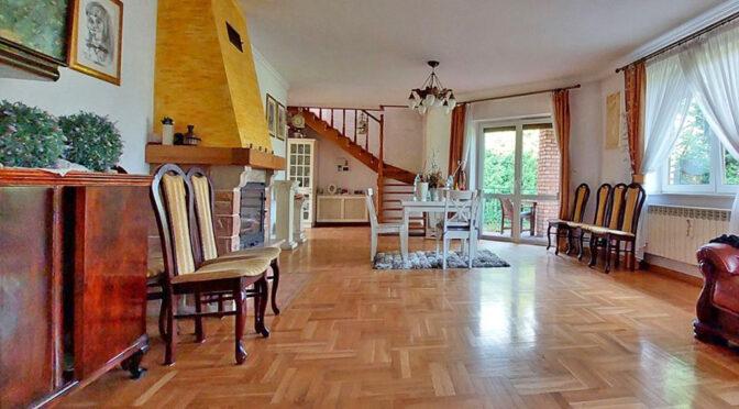 zbliżenie na salon i kominek w ekskluzywnej rezydencji do sprzedaży Piotrków Trybunalski (okolice)