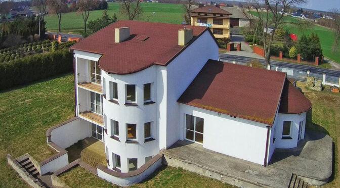 zdjęcie wykonano z lecącego wysoko drona nad ekskluzywną rezydencją do sprzedaży Piotrków Trybunalski (okolice)