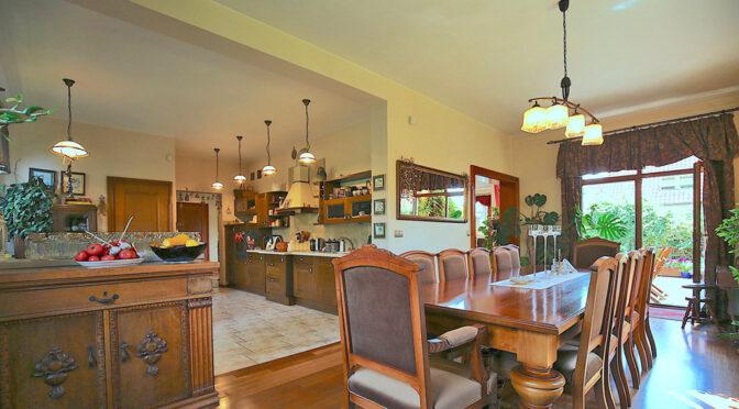 stylowy pokój gościnny w luksusowej rezydencji na sprzedaż