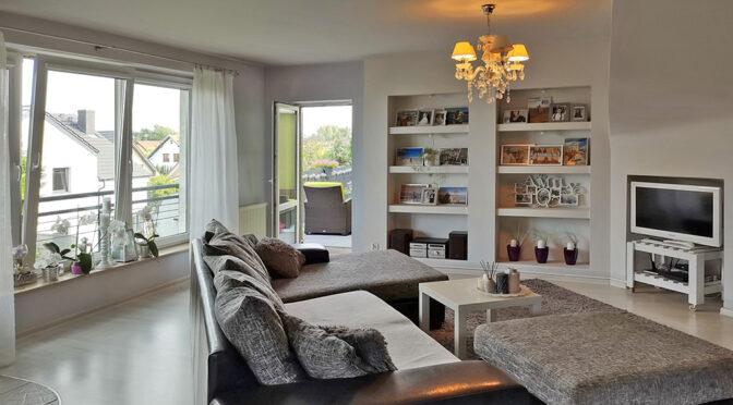 imponujący pokój dzienny w ekskluzywnym apartamencie na sprzedaż Szczecin (okolice)