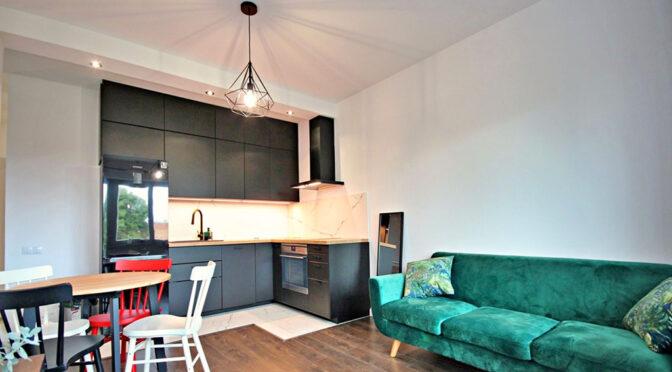 widok z salonu na aneks kuchenny w luksusowym apartamencie na wynajem Szczecin