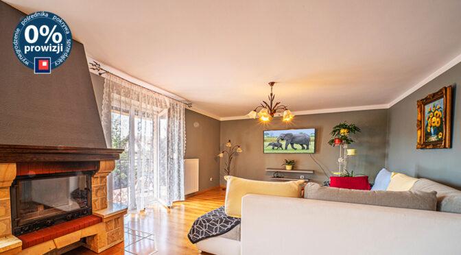 zbliżenie na kominek w salonie luksusowej rezydencji do sprzedaży Bolesławiec