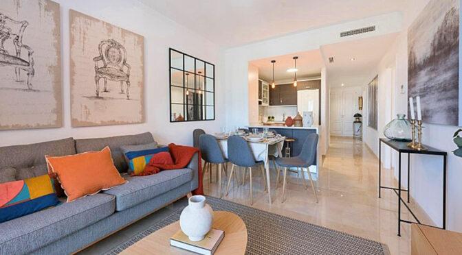 śródziemnomorski design pokoju dziennego w ekskluzywnym apartamencie na sprzedaż Hiszpania (Manilva, Malaga)