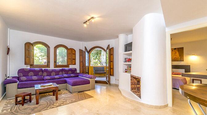 zbliżenie na kominek w salonie luksusowego apartamentu na sprzedaż Hiszpania (Punta Prima)
