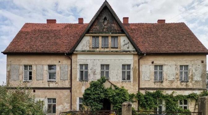 frontowa elewacja luksusowego dworu do sprzedaży Lubin (okolice)