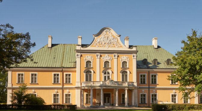 okazała bryła i reprezentacyjne wejście do ekskluzywnego pałacu do sprzedaży Wielkopolska na