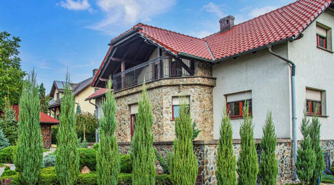 widok od strony ogrodu na ekskluzywną rezydencję na sprzedaż Bolesławiec