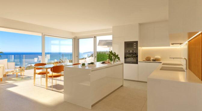 widok na aneks kuchenny, salon i taras przy ekskluzywnej rezydencji na sprzedaż Hiszpania