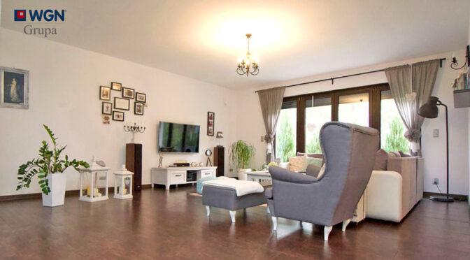 słoneczny pokój dzienny w luksusowej rezydencji na sprzedaż Konin (okolice)