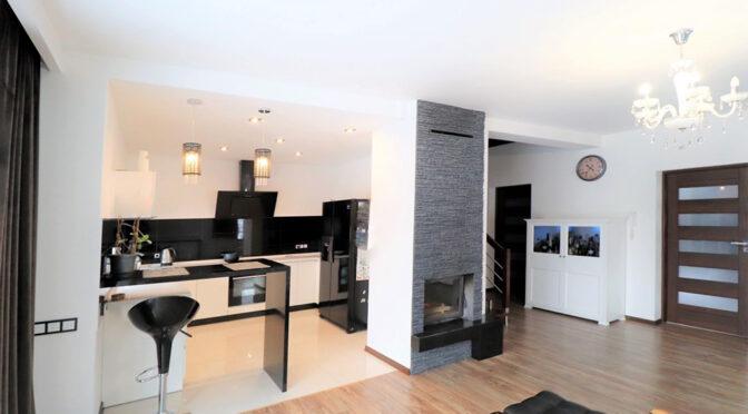 widok z salonu na aneks kuchenny i hol w ekskluzywnej rezydencji na sprzedaż Ustroń