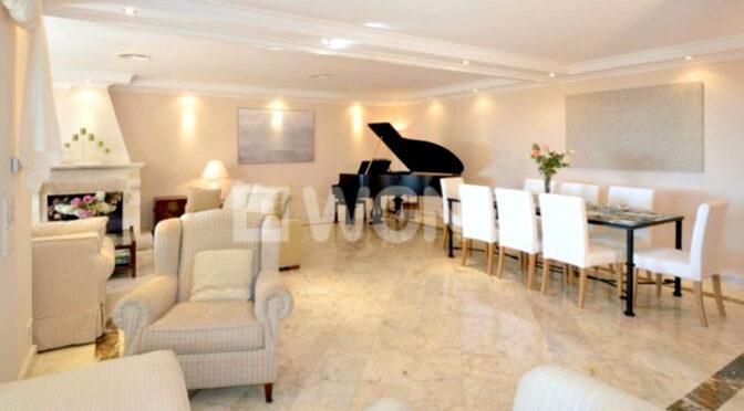 stylowy pokój gościnny z fortepianem w luksusowej rezydencji do sprzedażyHiszpania (Costa Del Sol Malaga)