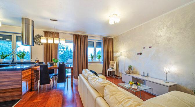 stylowy salon w ekskluzywnym apartamencie na sprzedaż Bolesławiec