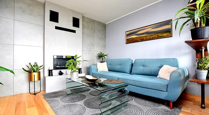 stylowy kominek w salonie ekskluzywnego apartamentu na sprzedaż Inowrocław