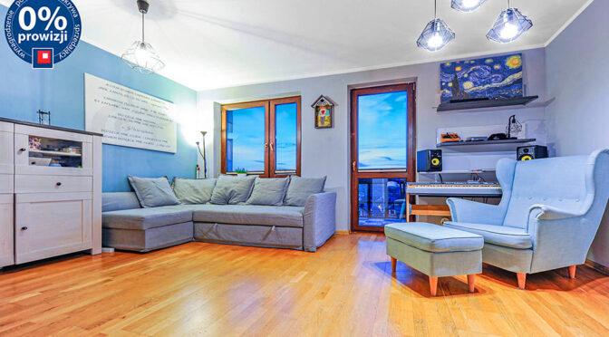 słoneczne wnętrze pokoju gościnnego w luksusowym apartamencie na sprzedaż Katowice (okolice)