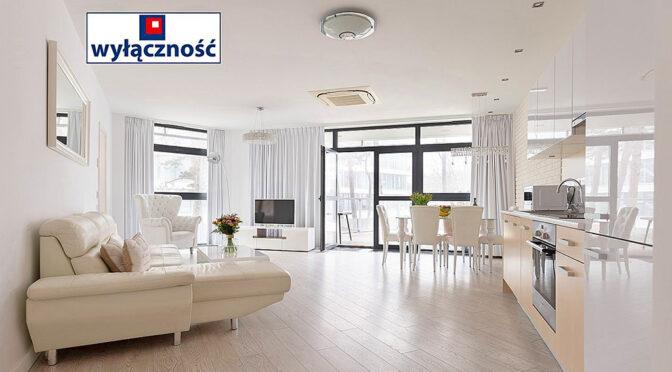 słoneczny pokój gościnny w ekskluzywnym apartamencie na sprzedaż nad morzem