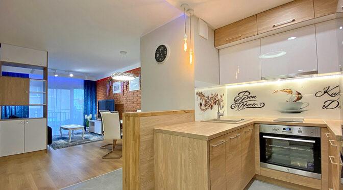 widok z kuchni na salon w ekskluzywnym apartamencie na wynajem Szczecin