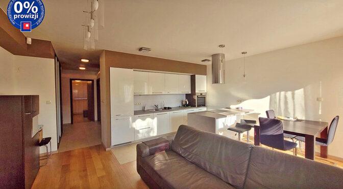 widok z salonu na aneks kuchenny w ekskluzywnym apartamencie na wynajem Wrocław